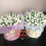 Шляпная коробка из 51 белых тюльпанов